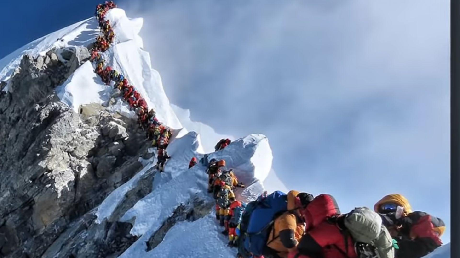 Задръстване на Еверест погуби алпинисти (видео)