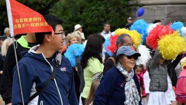 Китайски туристи дефилираха на празничното шествие в София (снимки)