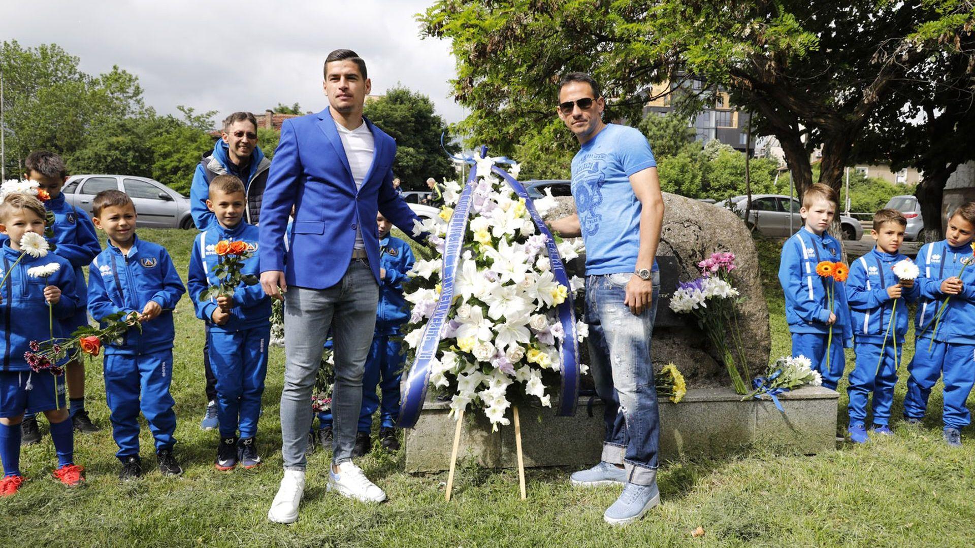 Венци и цветя за 105 години Левски