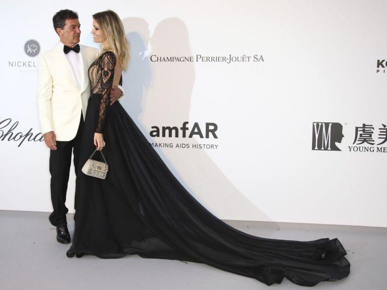 Антонио Бандерас и годеницата му събраха погледите на АМФАР галата