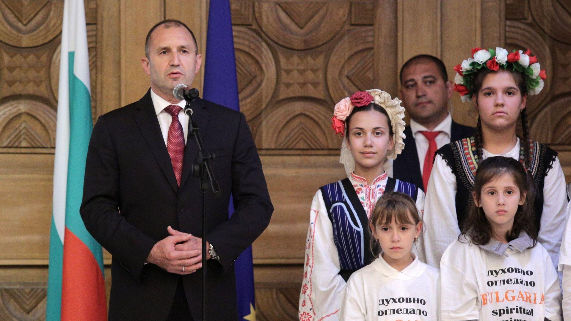 Румен Радев за 24 май: Вярвам, че истинските дворци на България са нейните училища