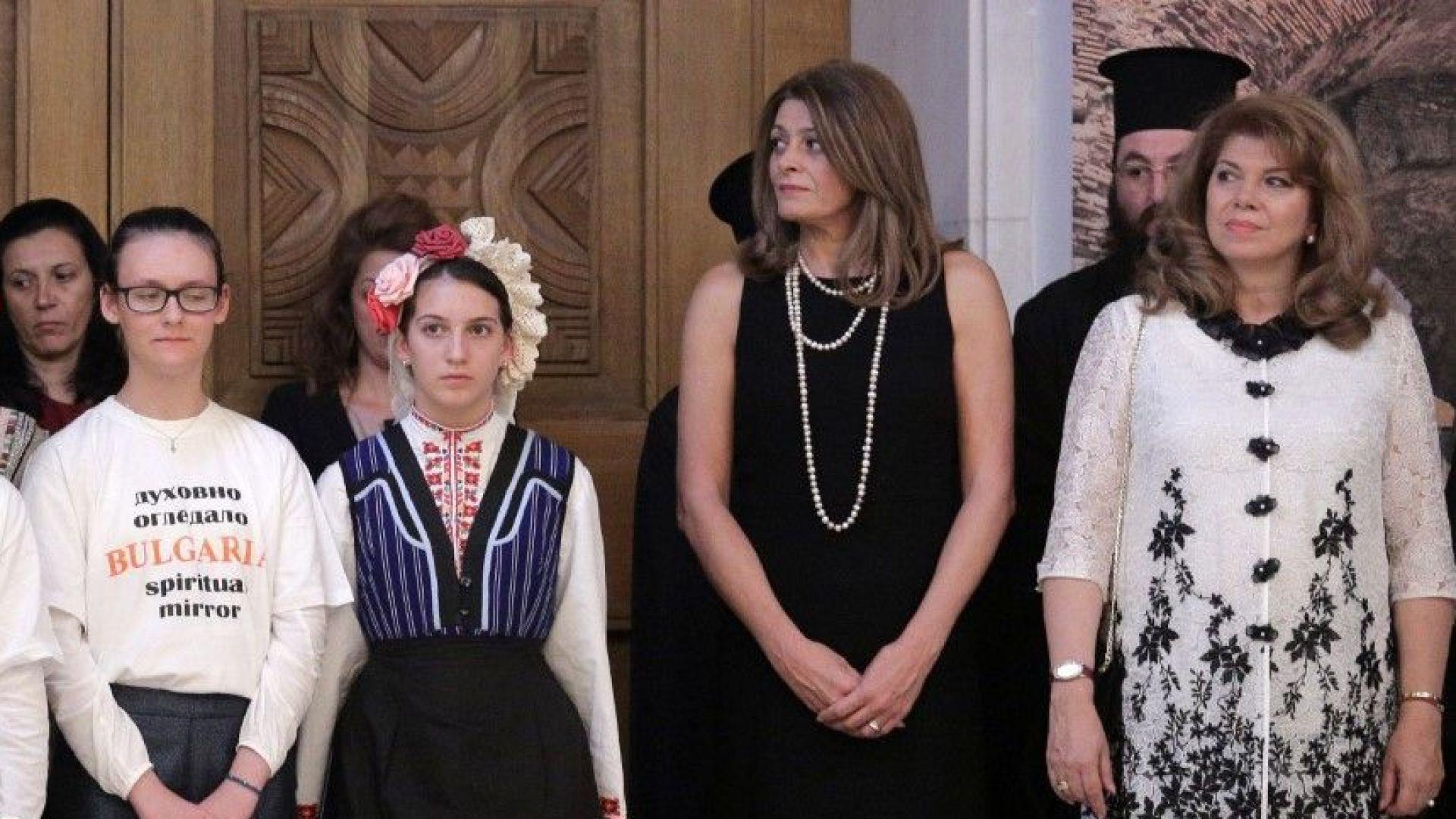 Десислава Радева с дълга черна рокля на традиционния прием на президента