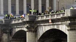 """""""Жълтите жилетки"""" се сблъскаха с полицията в родния град на Макрон"""