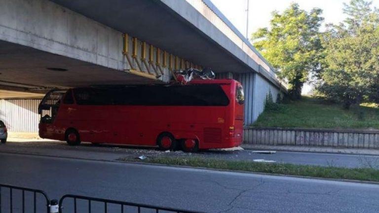 Автобус се заклещи под мост в Пловдив