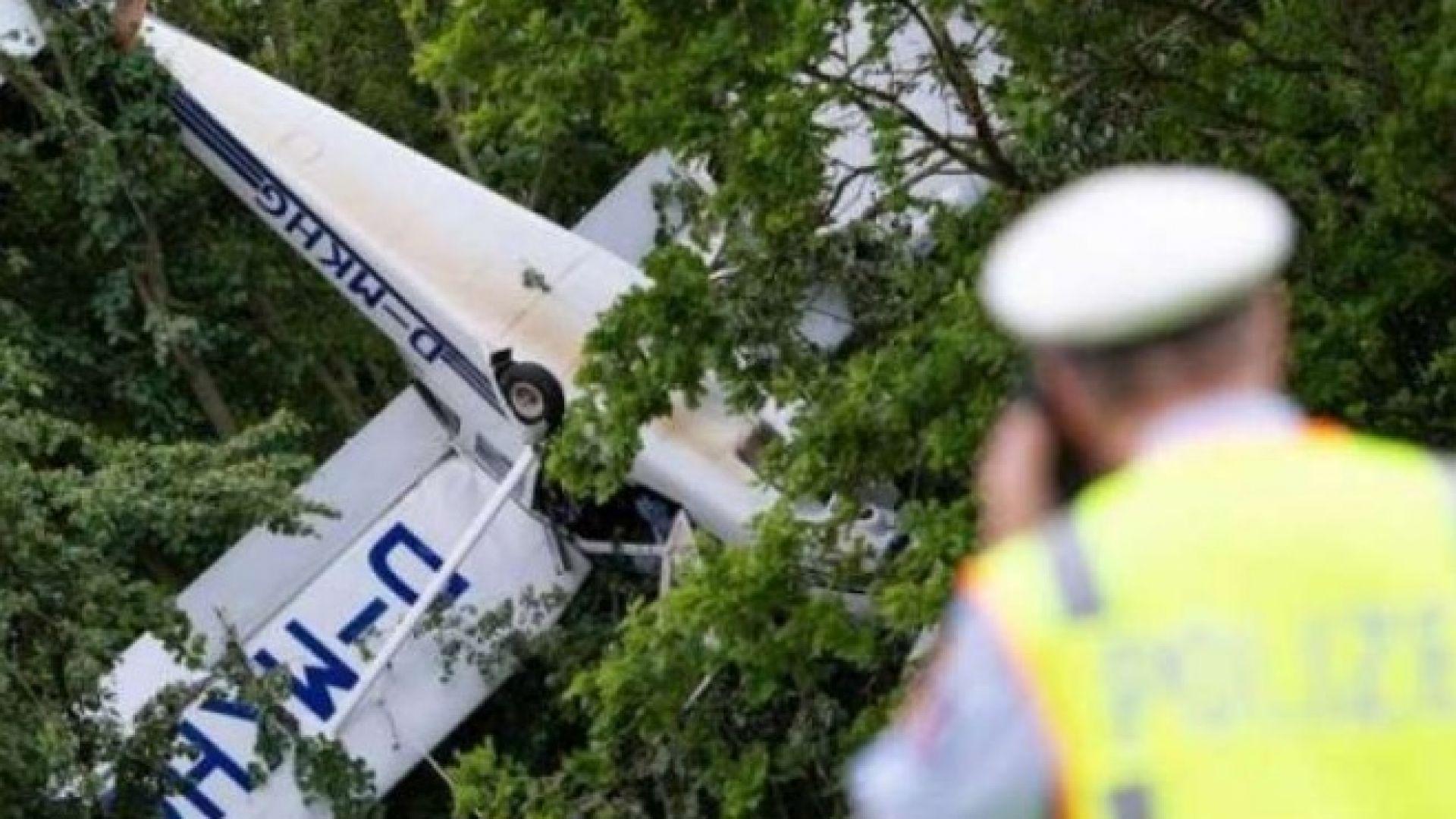 """Двама германци """"кацнаха на дърво"""" със самолет"""