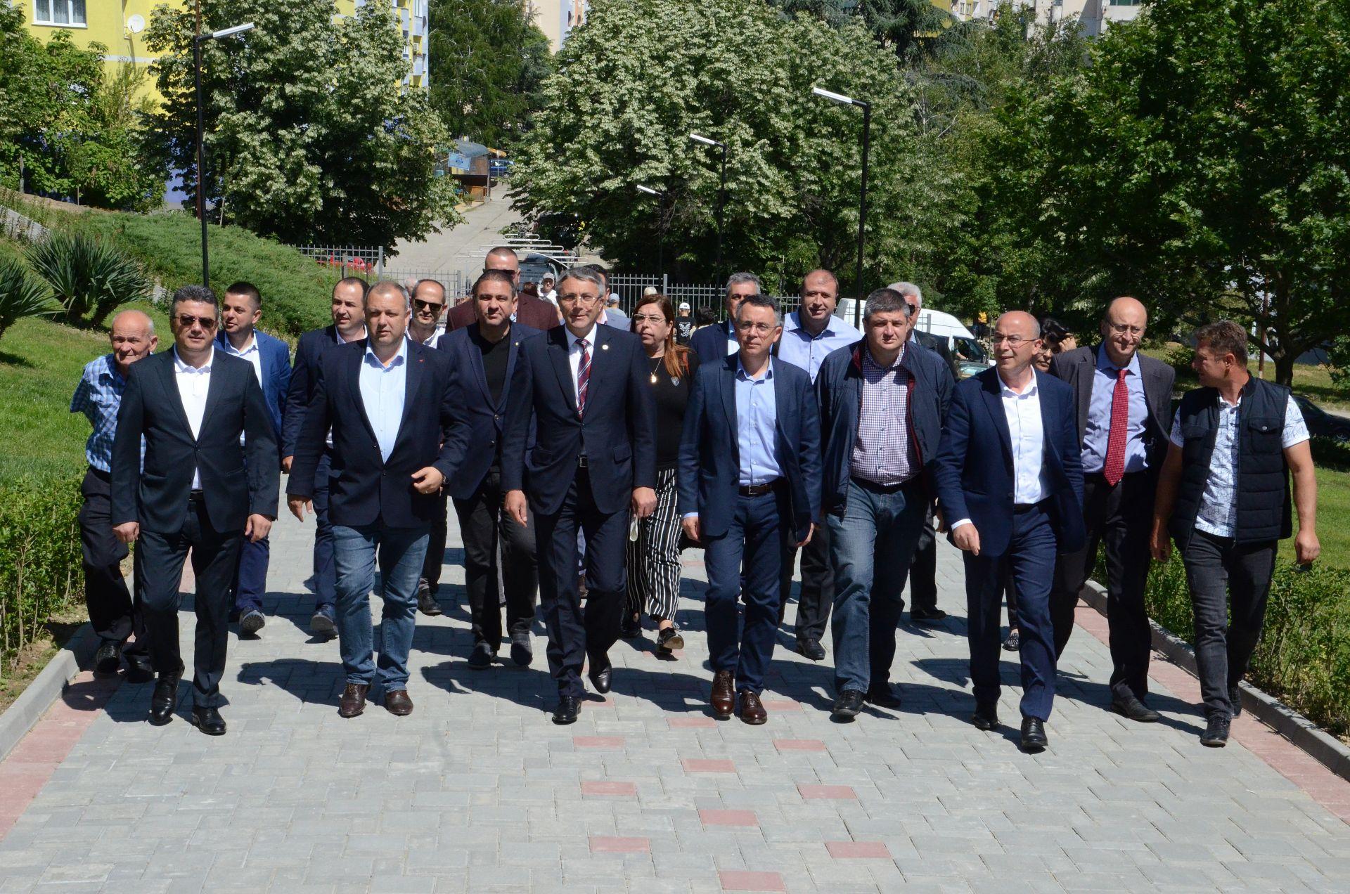 Лидерът на ДПС беше придружен от други депутати и активисти на партията