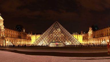 Уникалната стъклена пирамида на Лувъра се превърна във втори символ на съвременен Париж