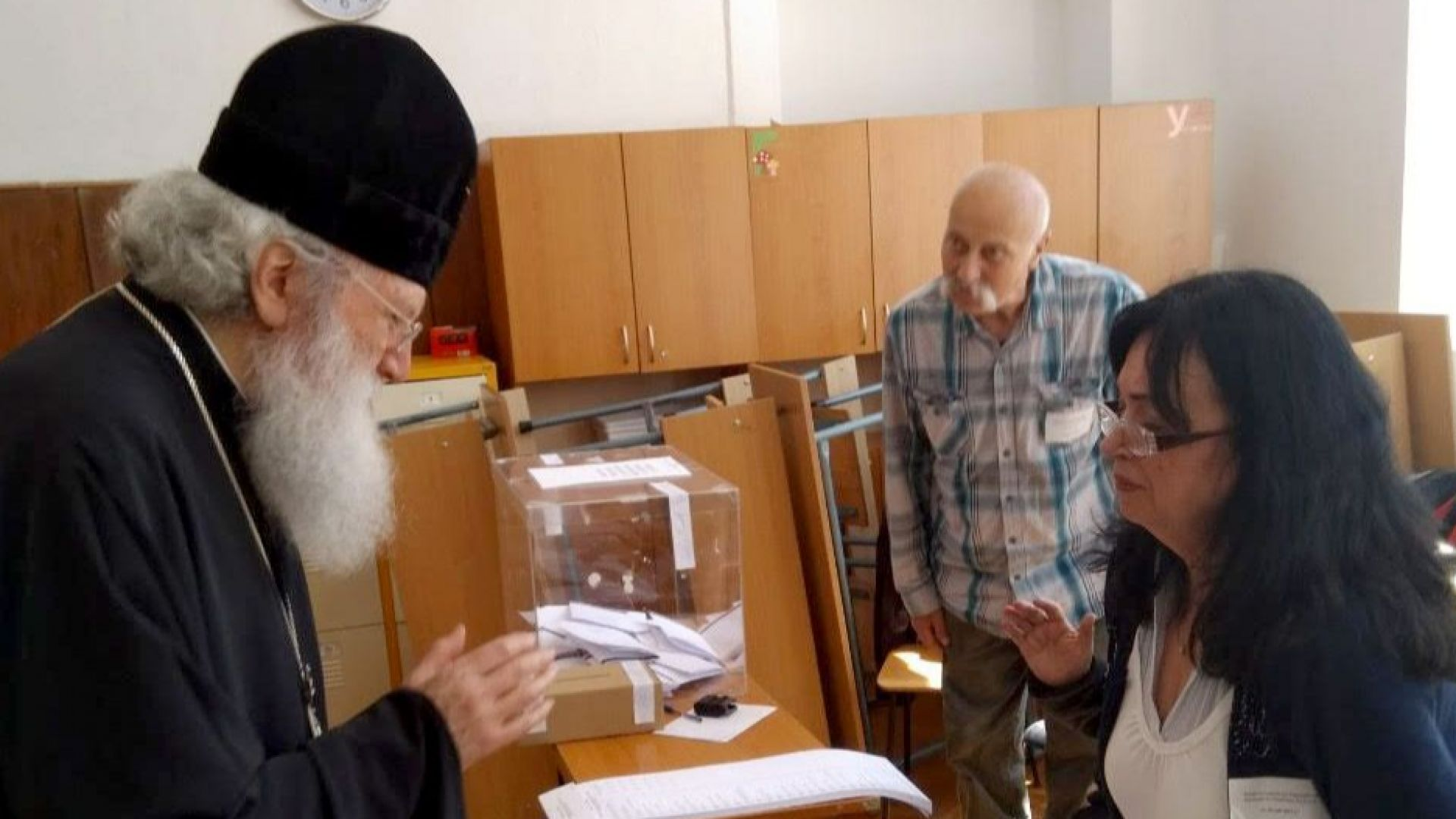 Патриарх Неофит отслужи литургия и след това даде вота си