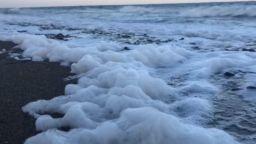 Природен феномен: Средиземно море се разпени край турския бряг (видео)