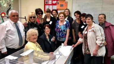 Лили Иванова се снима с почитателите си в избирателната секция