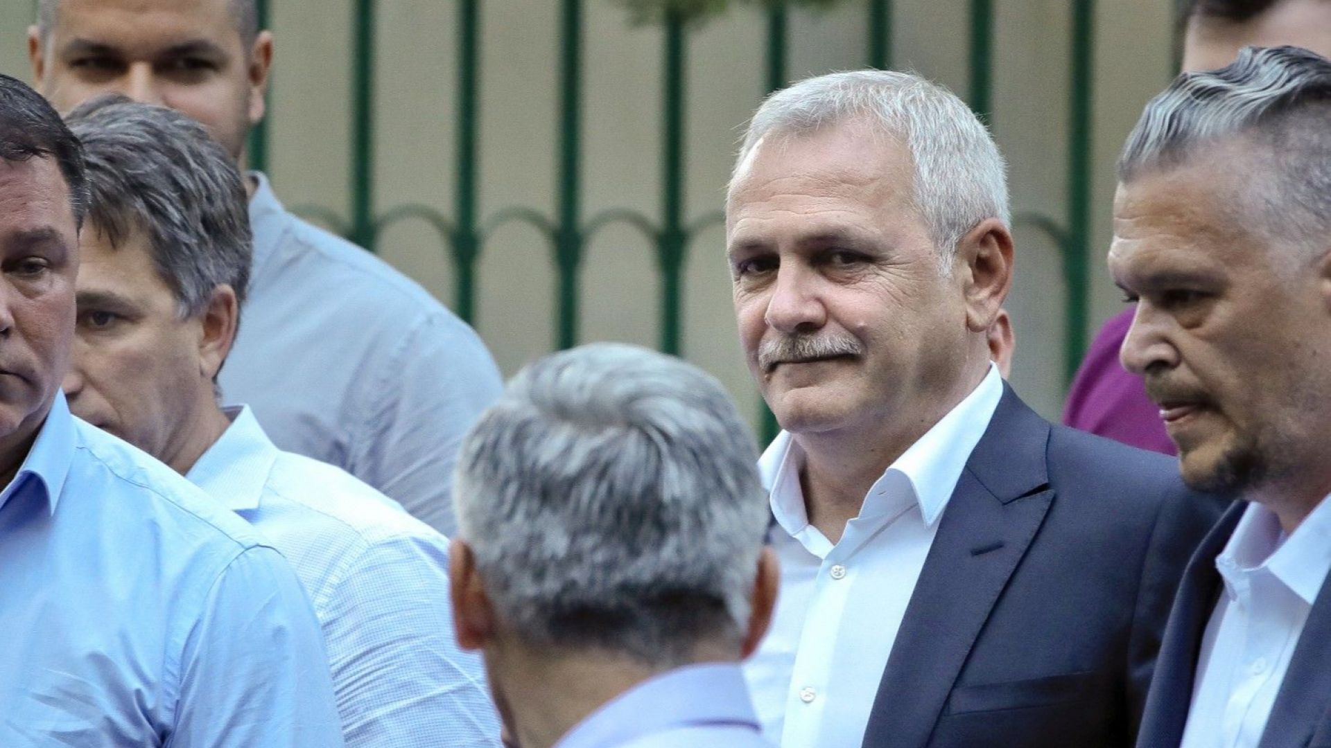 Часове след присъдата лидерът на румънската управляваща партия бе откаран в затвора