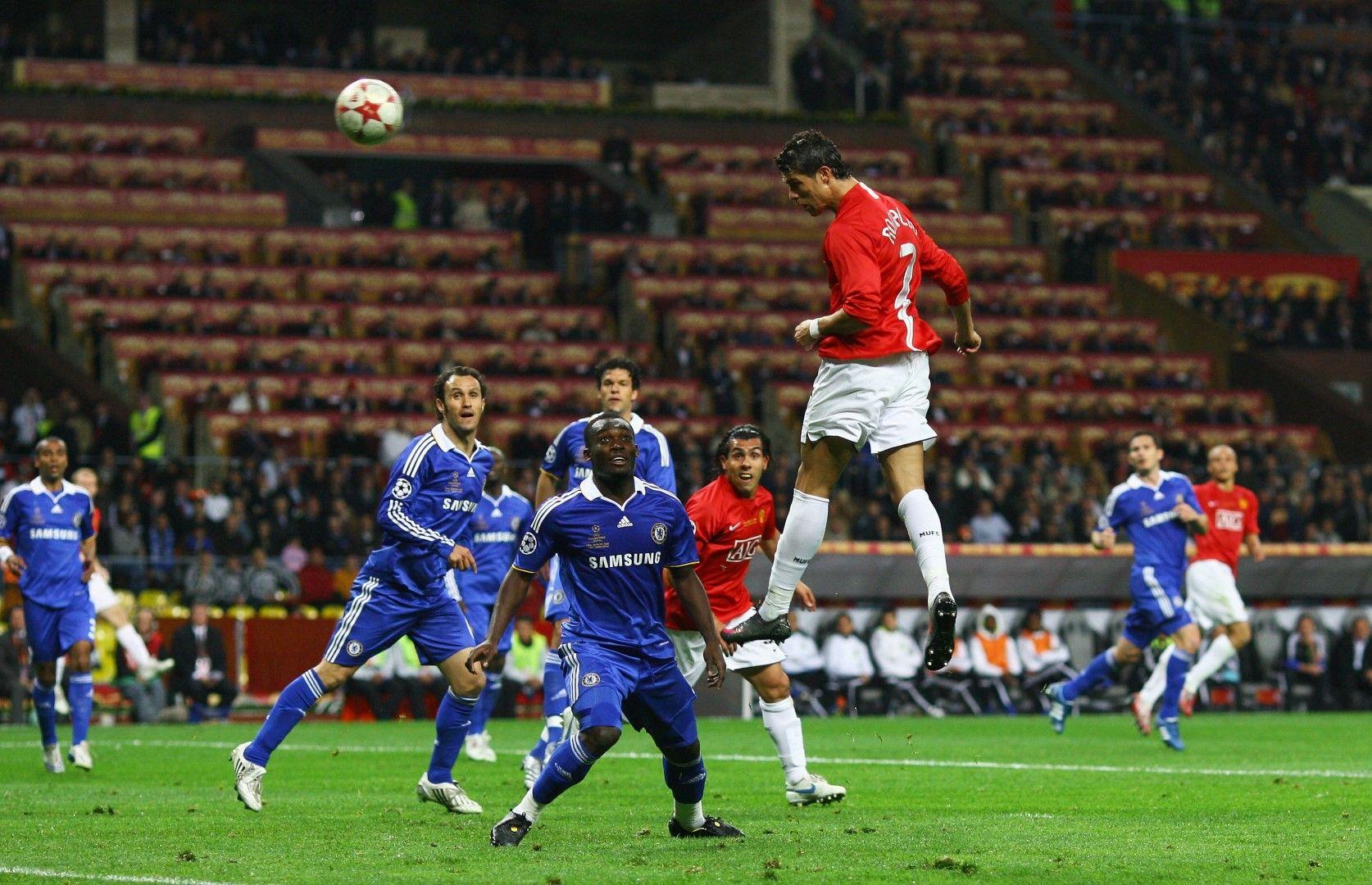 Кристиано Роналдо се извисява над защитата на Челси, за да вкара за 1:0 във финала на Шампионска лига през 2008-а