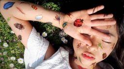 10-годишна японка прави професионални татуировки, следвайки баща си по петите