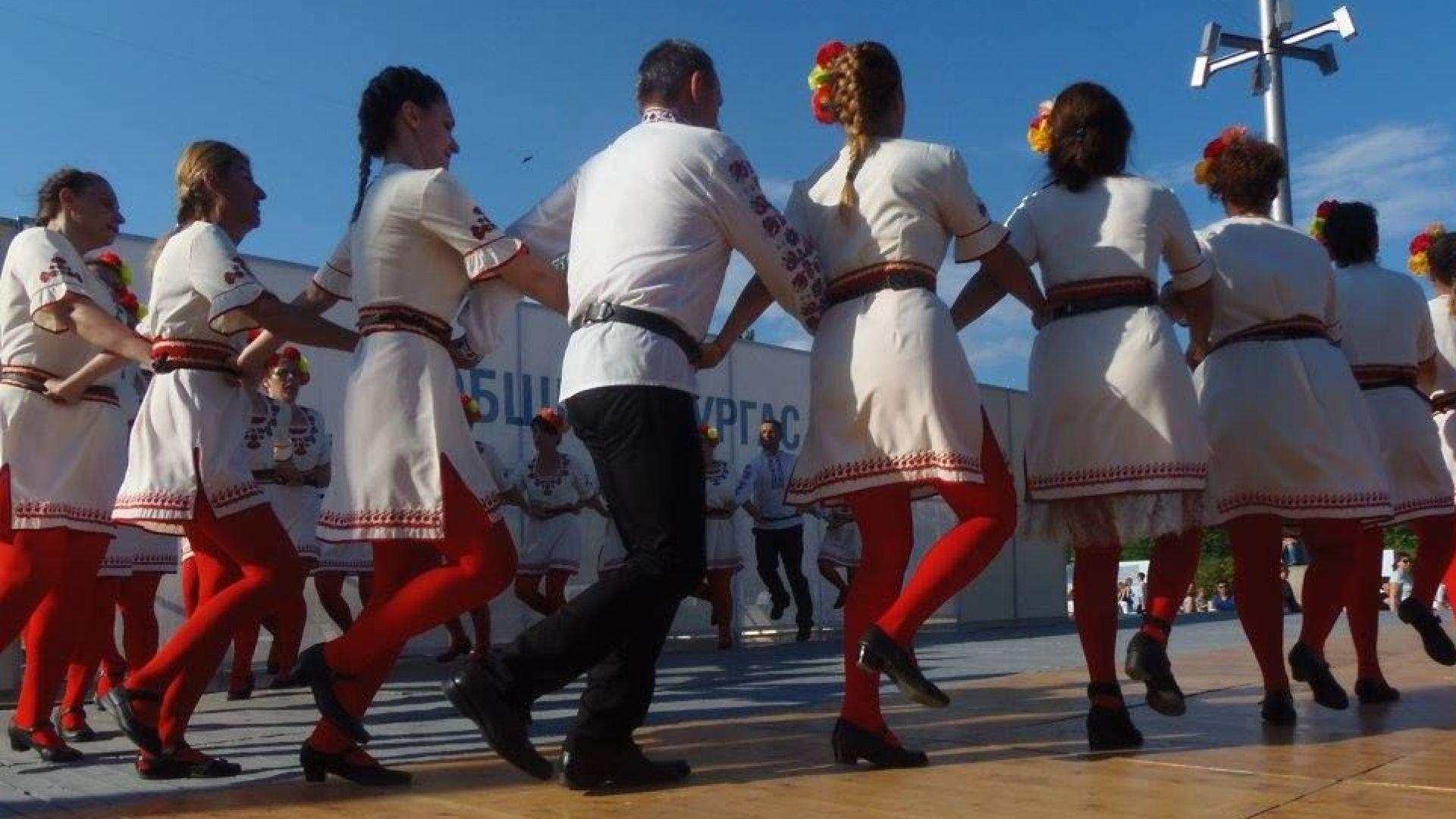 """Хоро край лазурния бряг"" събира певци и танцьори (видео)"