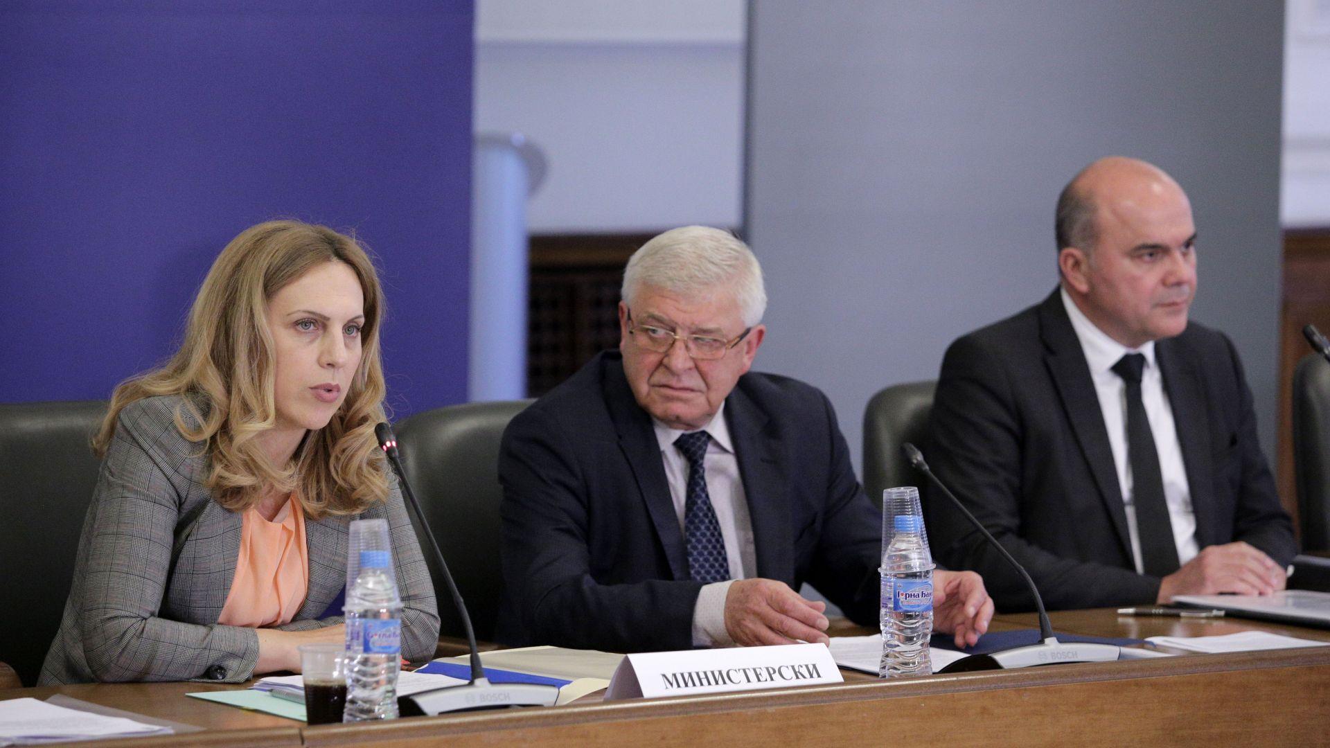 Управлението на държавните фирми и диференцирано ДДС обсъжда тристранката