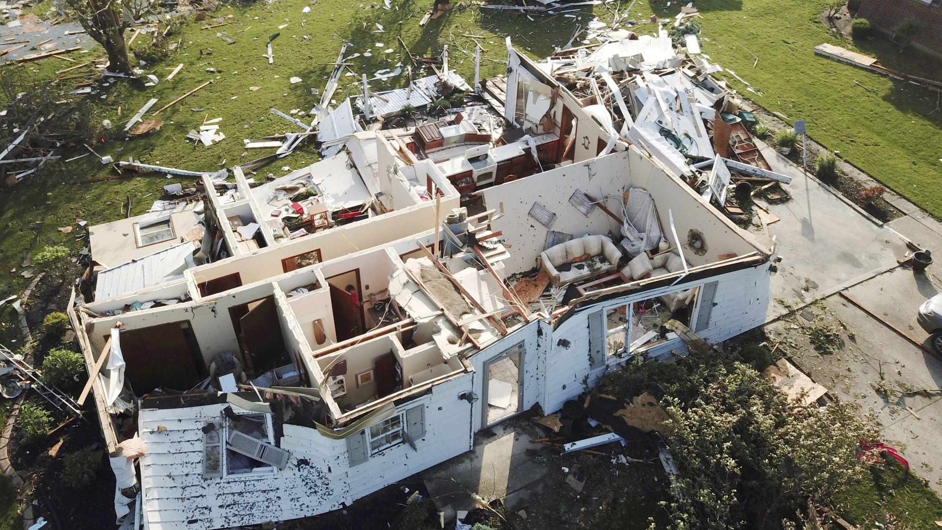 55 торнада удариха осем US щата: 1 загинал и 130 ранени в Охайо и Индиана (снимки)