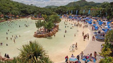 Десет невероятни изкуствени плажове по света (снимки)