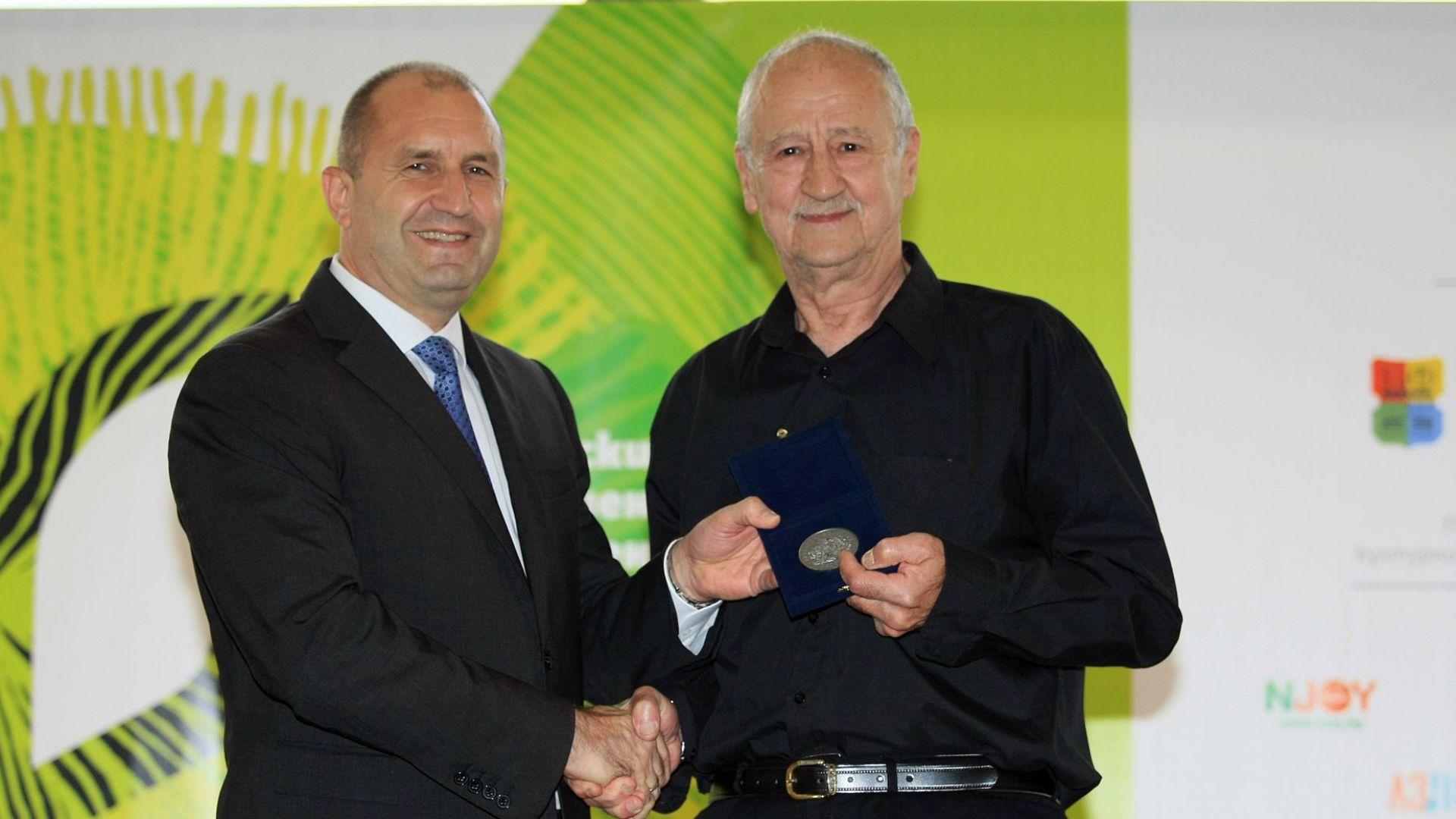 Румен Радев връчи почетния знак на президента на Павел Поппандов
