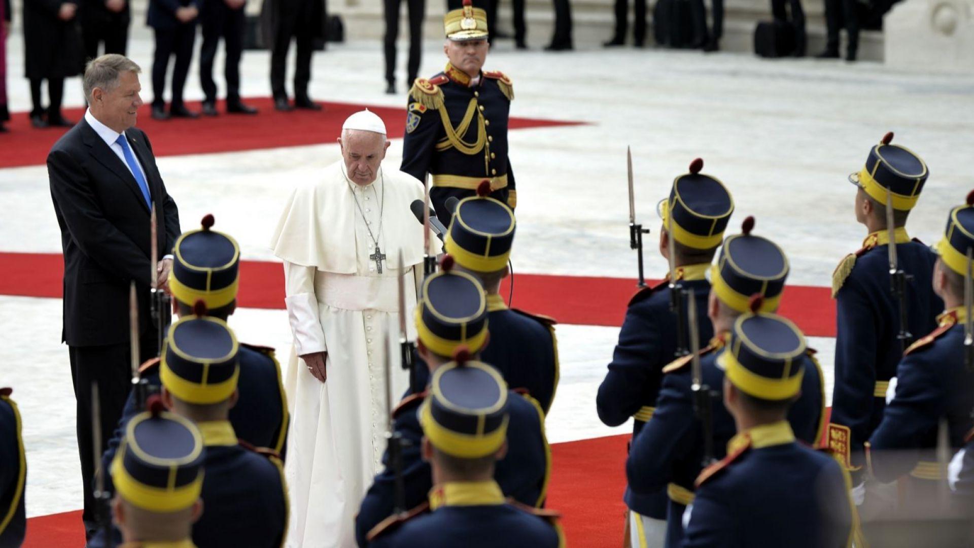 Папата получи 17 подаръка, които представят всички румънци (снимки)