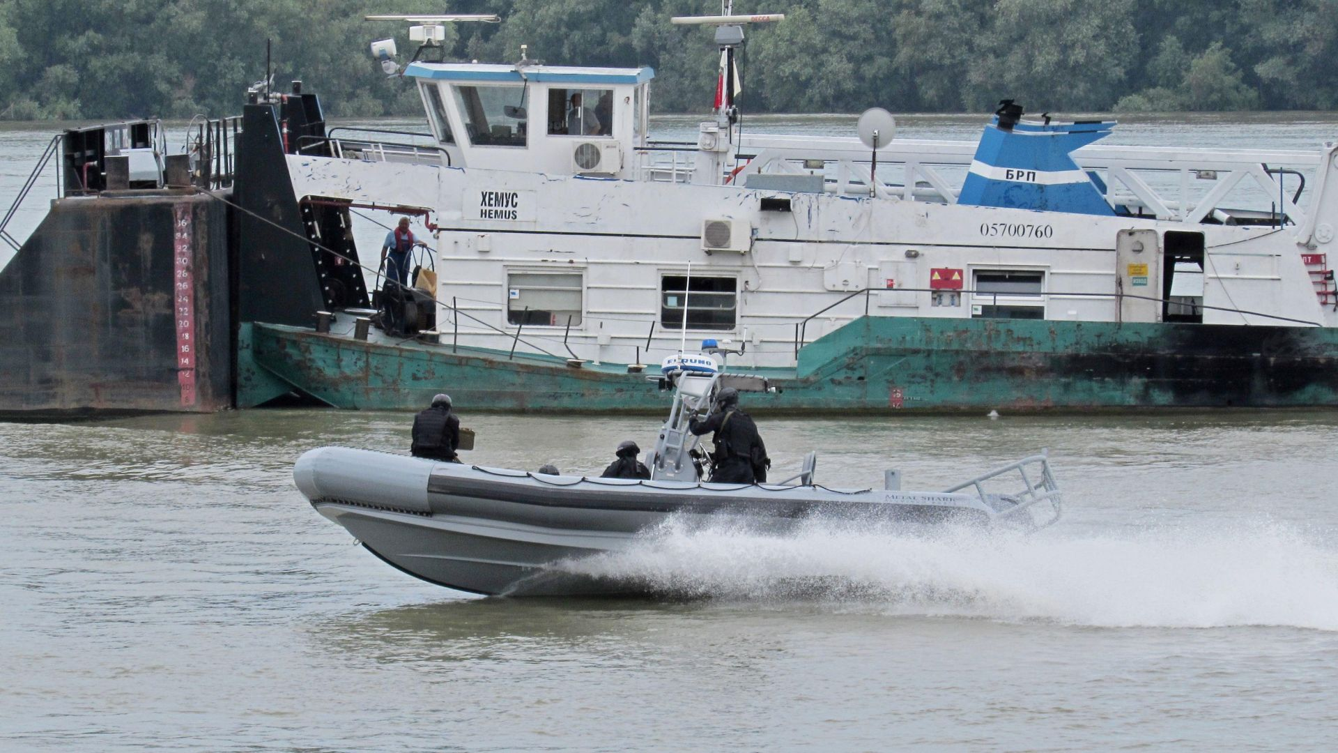 Учение:  Спецчасти обезвредиха завзет от терористи шлеп в Дунав