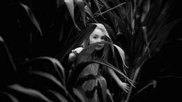 Нежни черно-бели портрети на момиче, които събират вълнуващи спомени от детството