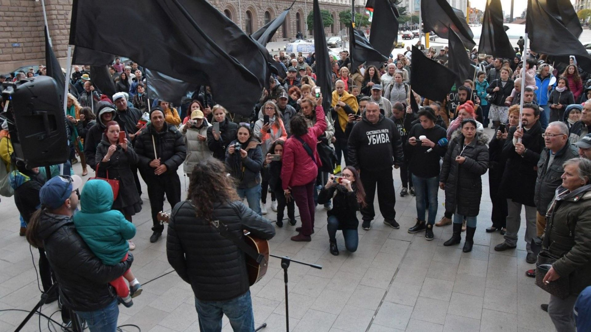 Майки на деца с увреждания отново протестират пред ... - photo#10