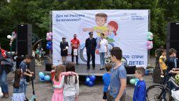 """Шарена детска площадка на """"Лев Инс"""" по пътна безопасност украси Южния парк"""