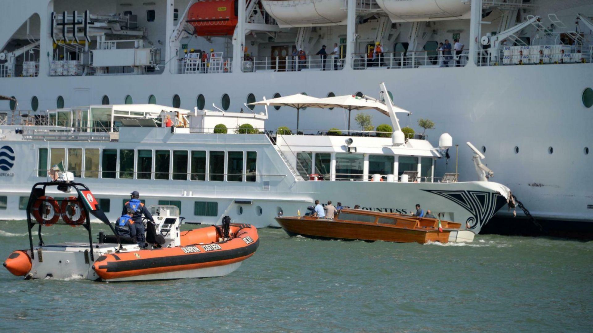 Круизен лайнер се удари в кей и в друг кораб във Венеция, има ранени (видео и снимки)