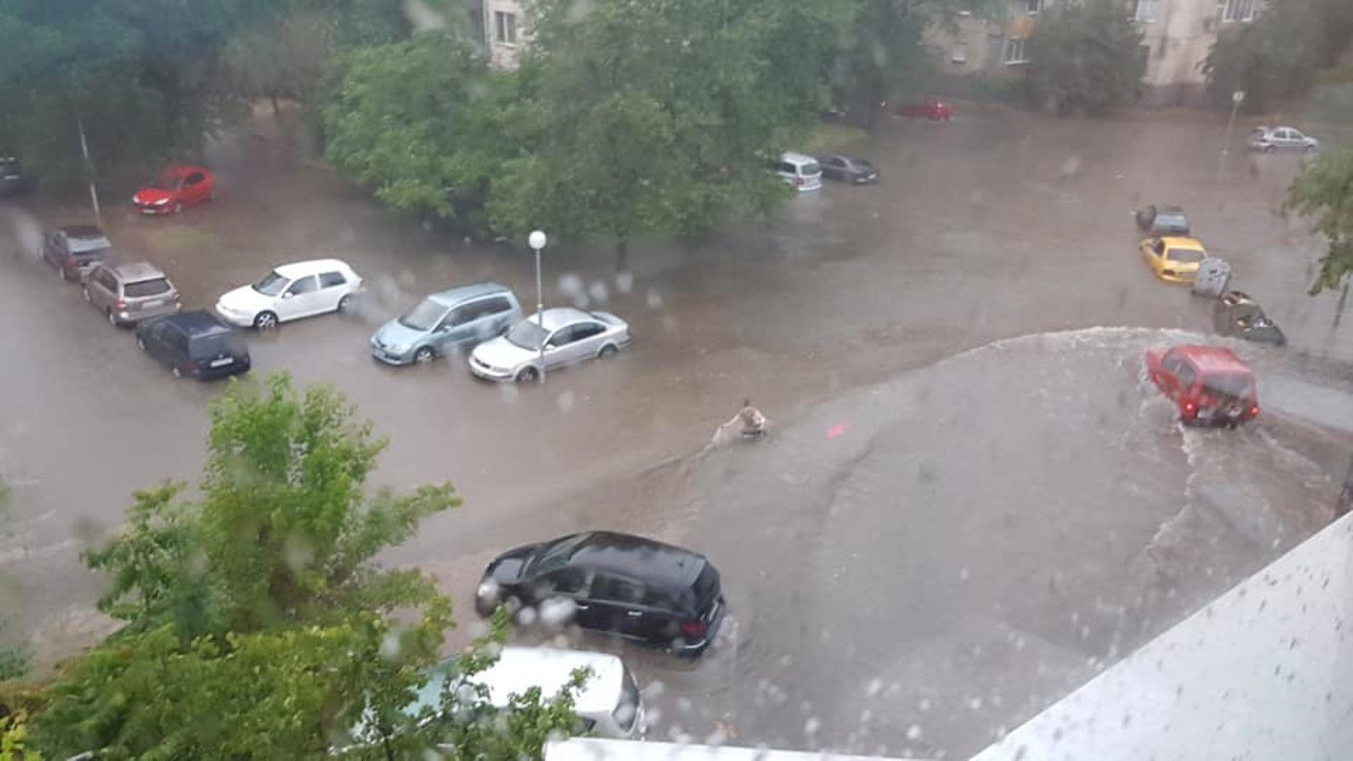 Бури и порои заляха страната