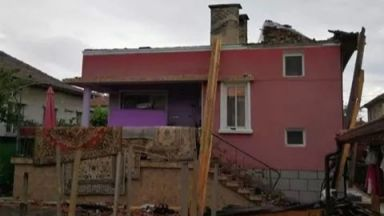 Мълния изпепели покрива на къща в Казанлък (снимки)
