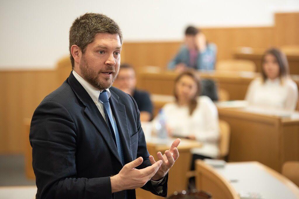 """Проф. Д-р Сам Потоликио е ръководител на направление """"Глобално и специализирано образование"""" в Училището по публична политика McCourt на университета """"Джорджтаун"""" във Вашингтон"""