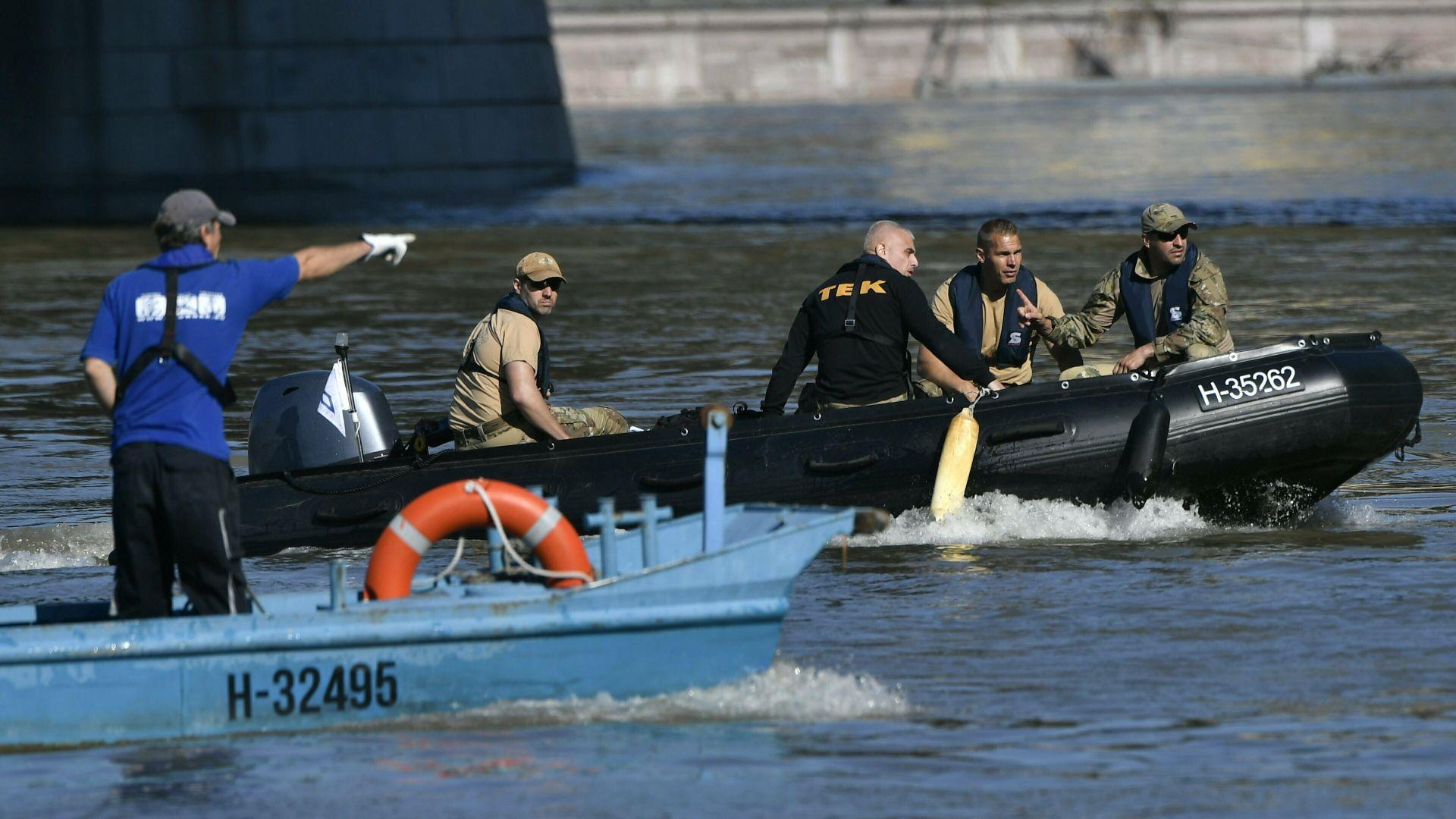Корейски гмуркачи проучват потъналото корабче на Дунав (снимки)