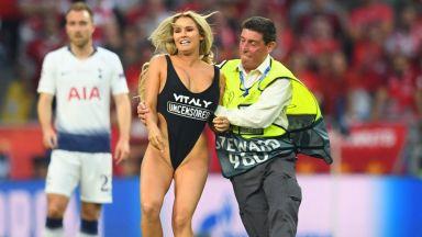Коя е надарената и полугола блондинка, прекъснала финала в Мадрид?