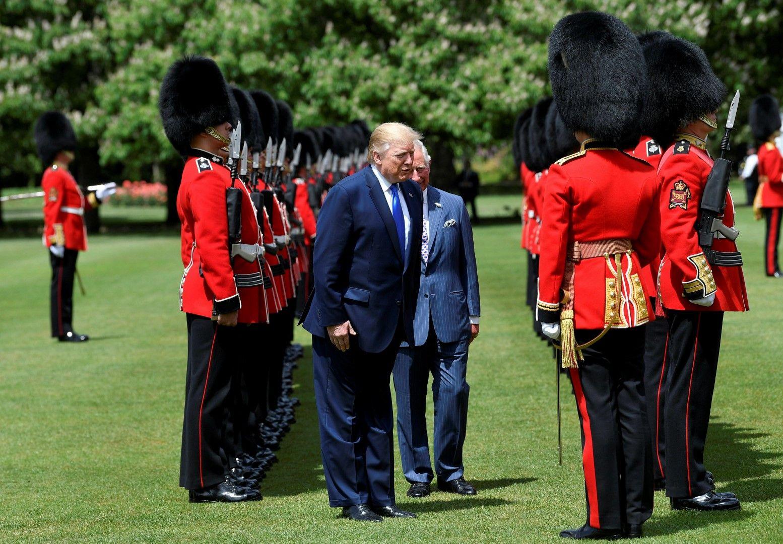 Тръмп и принц Чарлс инспектират кралската гвардия в Бъкингамския дворец