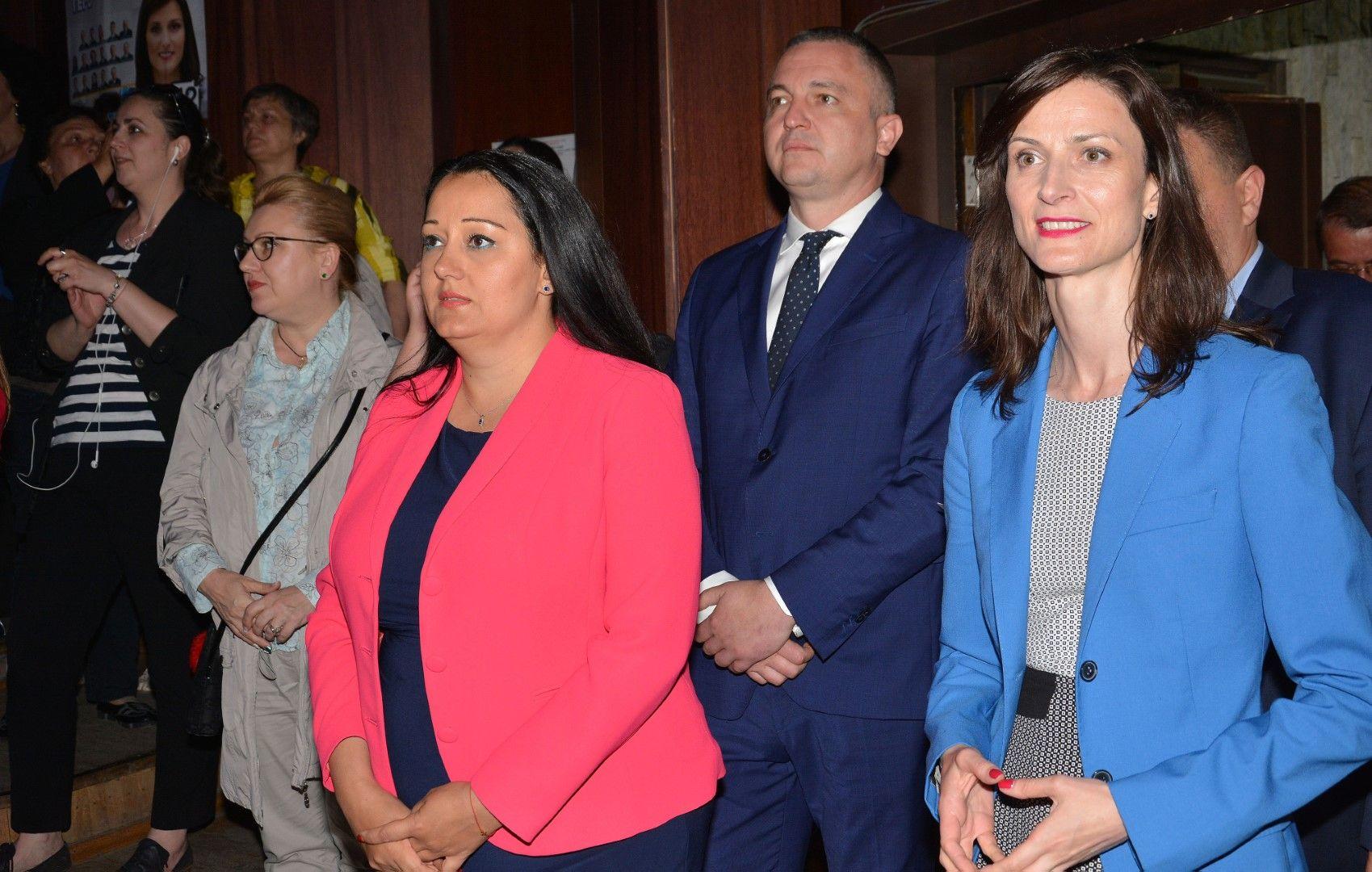 Лиляна Павлова, кметът на Варна Иван Портних и Мария Габриел по време на предизборна проява в града