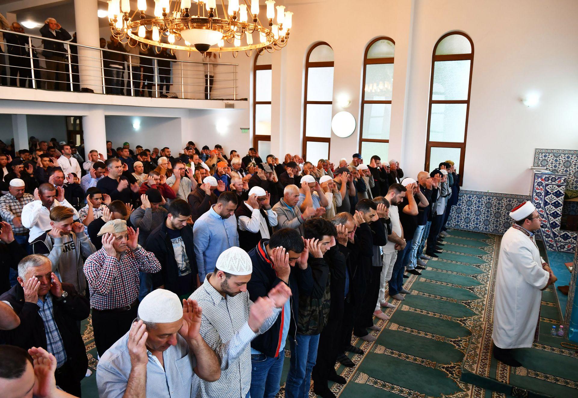 """С празнична молитва намаз, рано сутринта в джамията """"Хаджи Рюстем"""" в Исперих започна свещеният за мюсюлманите празник"""