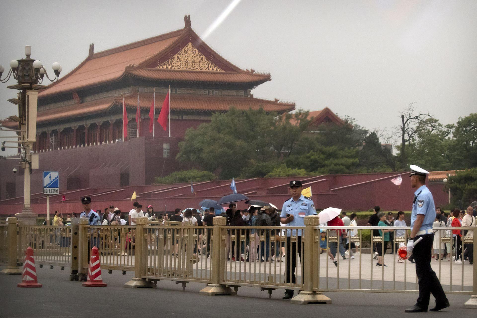 Представители на силите за сигурност стоят пред портите на площад Тянанмън до площад Тянанмън в Пекин