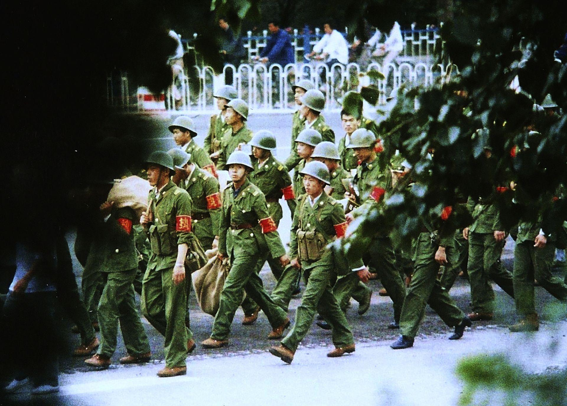 Кадър от 6 юни 1989 г.: Китайски войници се отдалечават след кървавия погром на площад Тянанмън