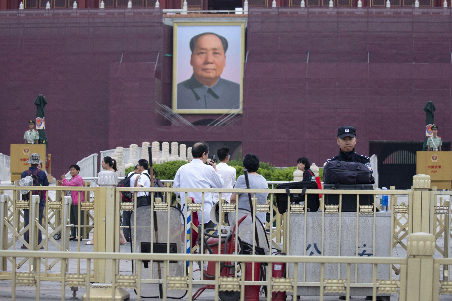Хиляди посетители, повечето туристически групи, се редяха на опашка на пропускателните пунктове, за да влязат на площада