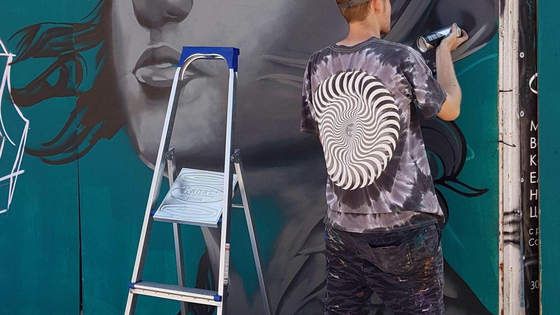 Улични художници разкрасяват Варна (снимки)