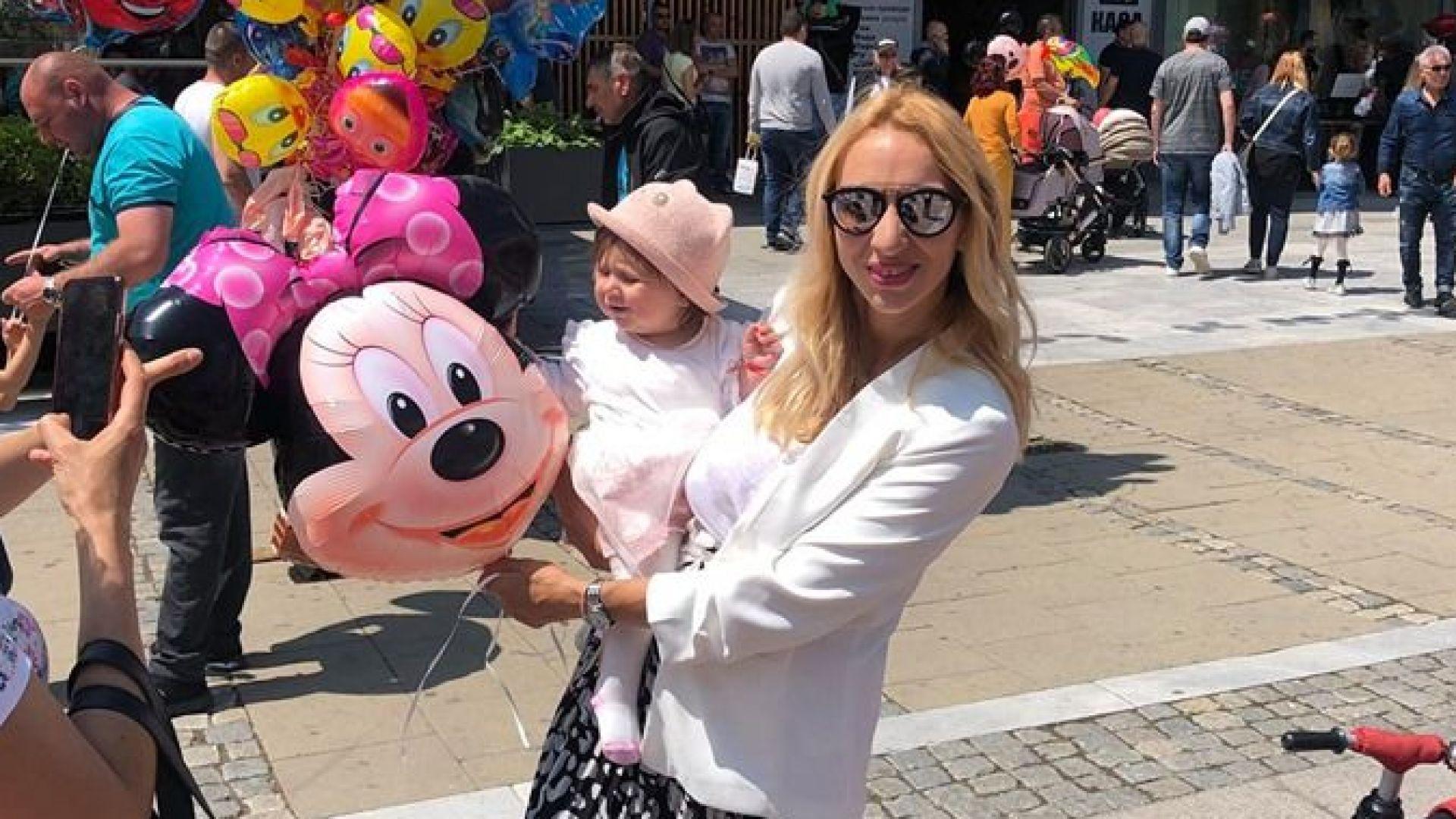 Тризначката Любов доведе бебето си в България за първи път