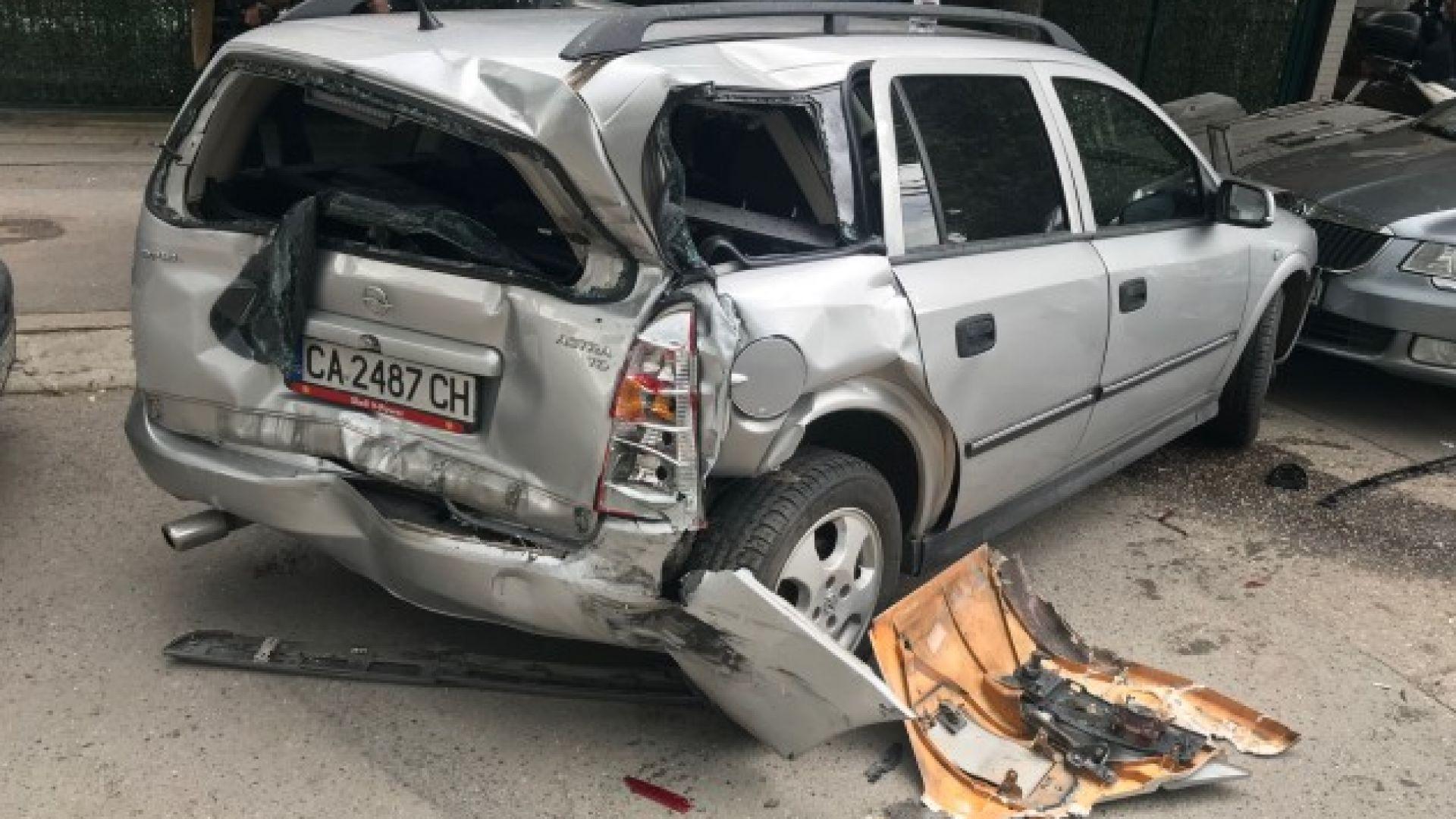 Градски автобус предизвика верижна катастрофа с 5 коли в София (снимки)
