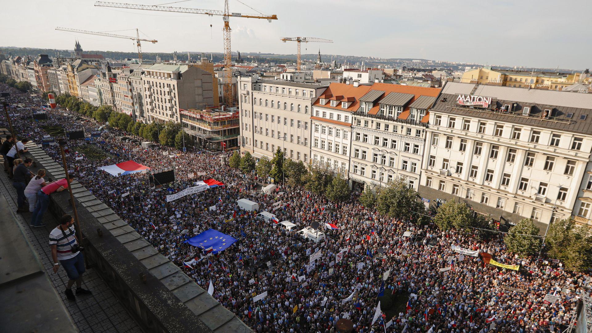 Чехите се вдигнаха срещу Бабиш в най-мащабния протест след падането на комунизма