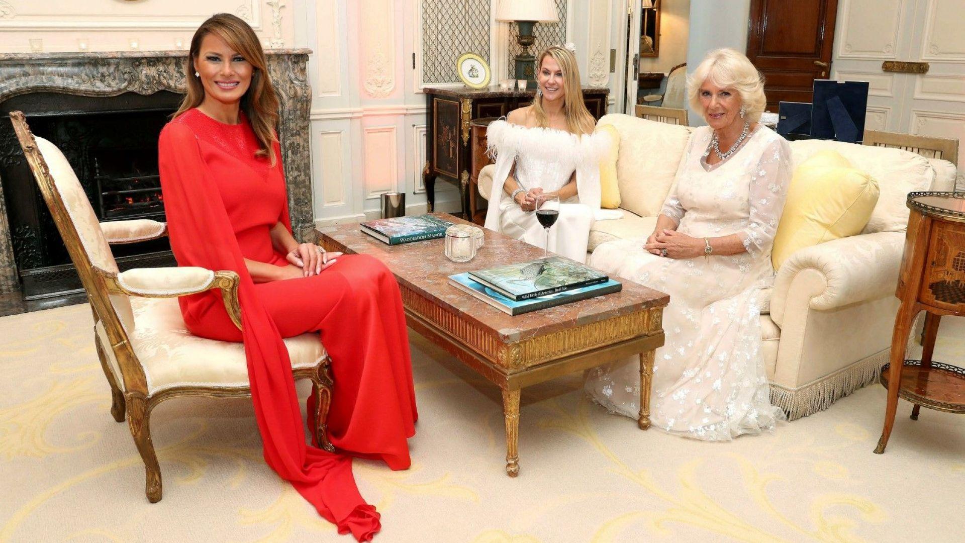 Мелания посрещна Чарлз и Камила в яркочервен тоалет Givenchy