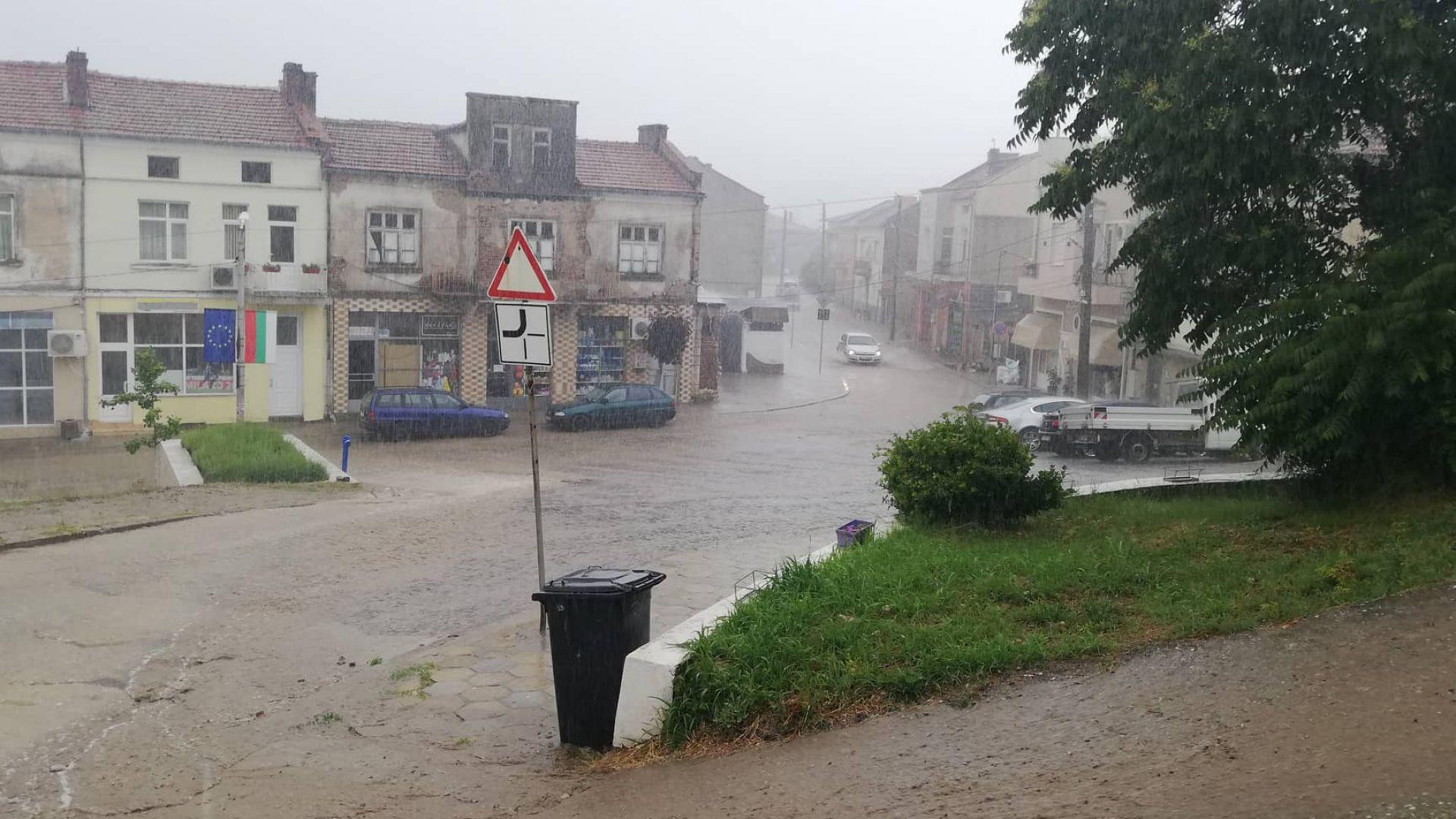 Проливен дъжд превърна улиците на Ивайловград в реки на обяд.