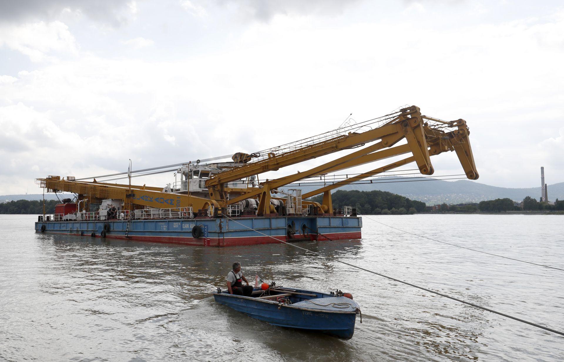 Плаващ кран, който ще вдигне потъналия плавателен съд