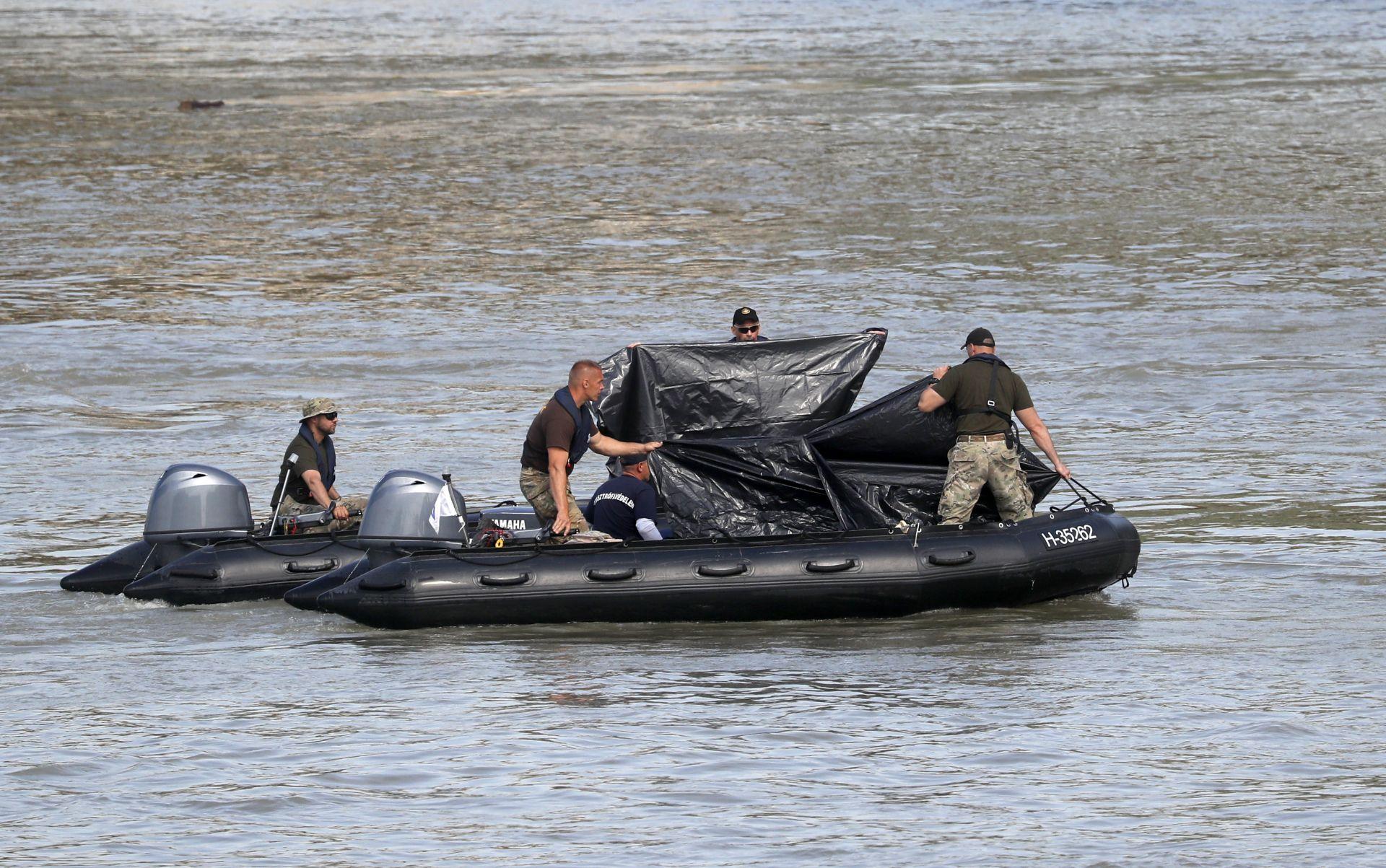 Спасители изваждат тялото на 13-ата жертва