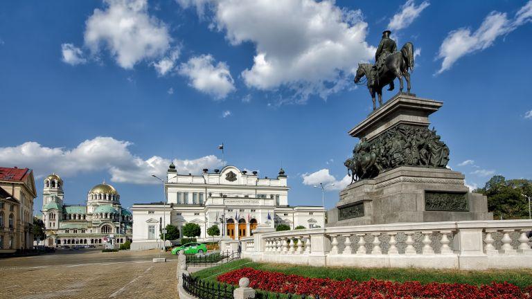 Всички реставрационни дейности на пространството около паметника на Васил Левски,