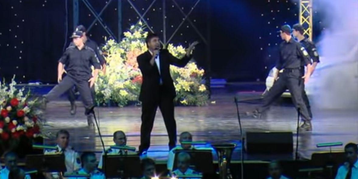 """Веселин Маринов изпълнява на живо """"Нашата полиция"""" през 2010 г."""