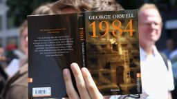 """15 цитата от """"1984"""" на Оруел - стряскащо актуални и днес"""